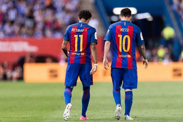 Abidal is trying to calm Messi by the Neymar's bait!